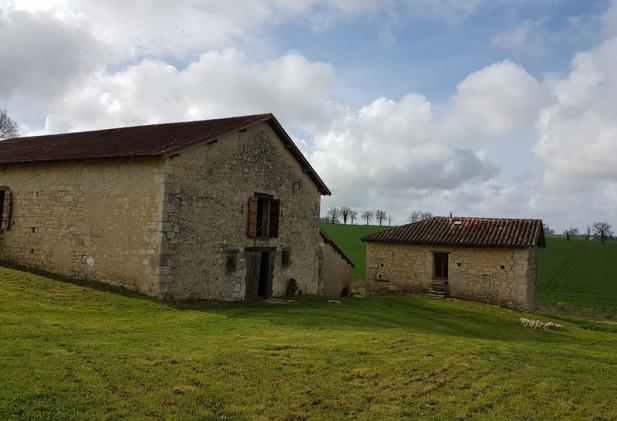 Au cœur de la Lomagne,  ferme avec maison d'habitation – grange  au milieu de 2 ha de terres irrigables et de bois.