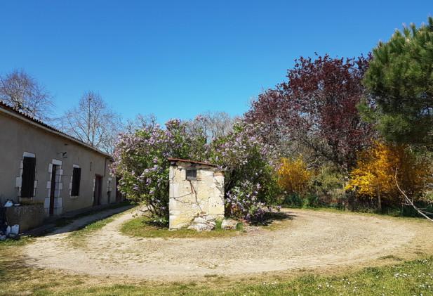 Proche du Lot et Garonne et du Tarn et Garonne, au Nord du département du Gers, une propriété avec habitation et dépendances sur 26 ha de terres et bois.